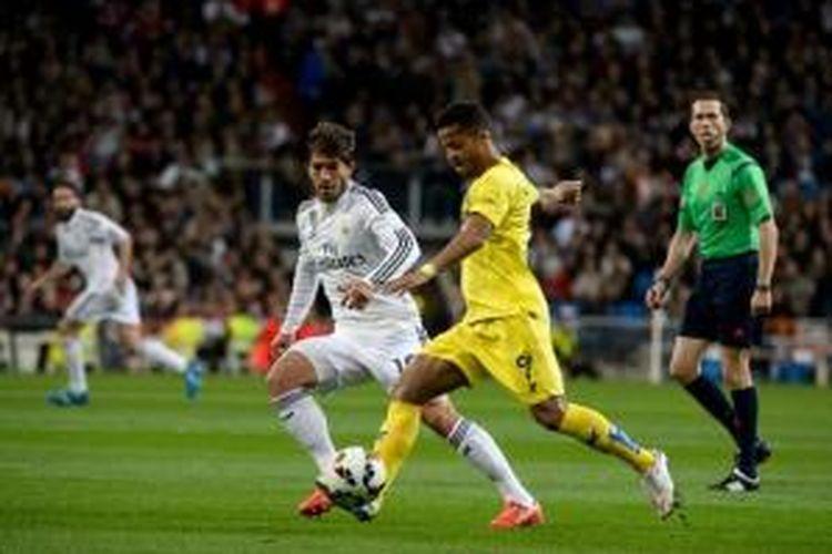 Gelandang Real Madrid, Lucas Silva (kedua dari kiri), mengawal pemain Villarreal Giovani dos Santos (kuning), pada laga Divisi Primera di Stadion Santiago Bernabeu, Madrid, Minggu (1/3/2015).