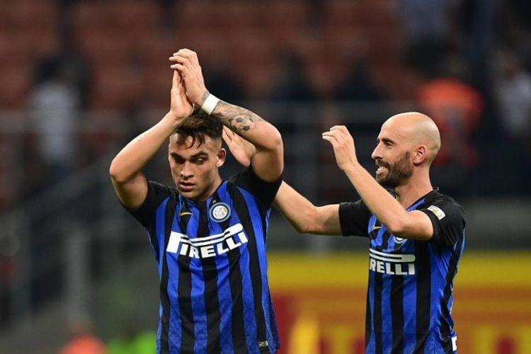 Gelandang Inter Milan, Borja Valero dan pemain depan Inter Milan, Lautaro Martinez, merayakan pada akhir pertandingan sepak bola Serie A Italia Inter Milan vs Cagliari pada 29 September , 2018 di stadion San Siro di Milan