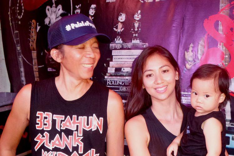 Drummer Slank, Bimbim, bersama istrinya, Reni Setiawan dan putranya Maomettano Luke Almuchzumi diabadikan di Markas Slank, Jalan Potlot III, Duren Tiga, Jakarta Selatan, pada Selasa (7/2/2017).