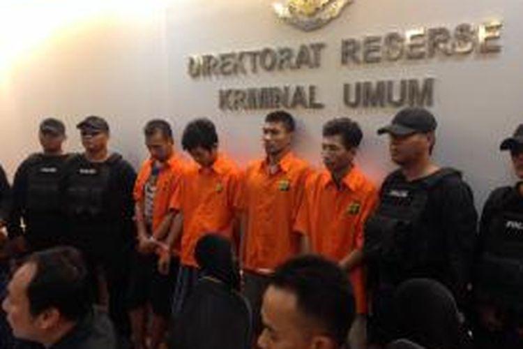 Empat tersangka perampok pengusaha apotek diamankan Polda Metro Jaya dan ditampilkan saat rilis pengungkapan kasus, Minggu (10/1/2016). Para tersangka berpura-pura sebagai anggota polisi sebelum merampok harta benda korban.