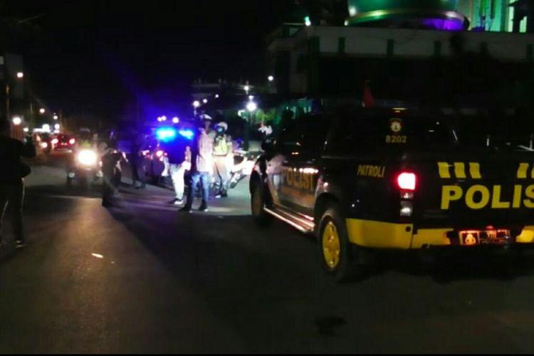 Petugas Kepolisian dari Polresta Banjarmasin dan Polsek Banjarmasin Tengah membubarkan aksi tawuran yang melibatkan dua kelompok remaja di Banjarmasin, Kalsel, pada Kamis (18/6/2020) tengah malam.