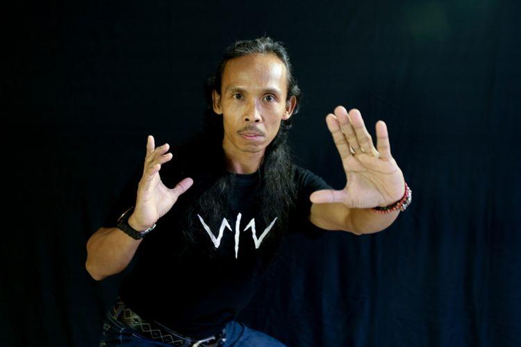 Yayan Ruhiyan berpose seusai sesi wawancara terkait promo film Wiro Sableng, di kantor Redaksi Kompas.com, Palmerah, Kamis (9/8/2018).