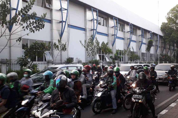 Beberapa ojek online yang menurunkan atau menunggu penumpang di Jalan Palmerah Timur.