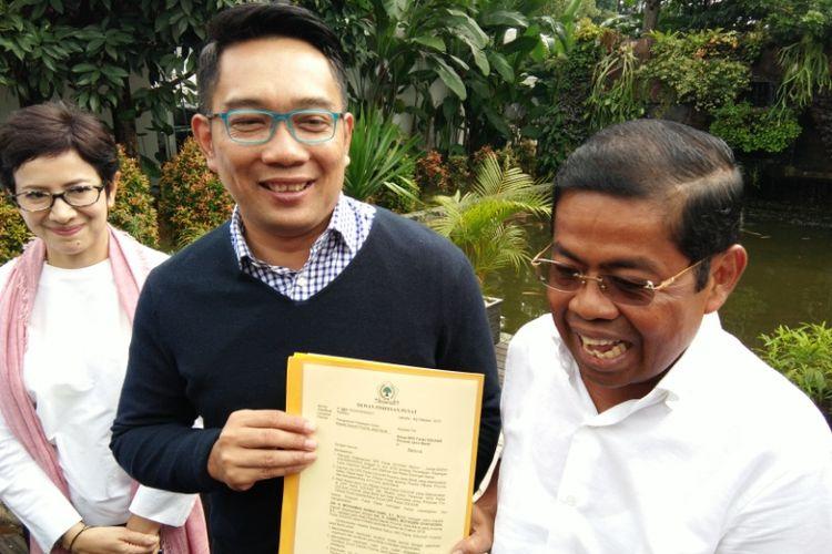 Sekjen Partai Golkar Idrus Marham saat memperlihatkan SK dukungan Partai Golkar kepada bakal calon gubernur Jabar Ridwan Kamil di Pendopo Kota Bandung, Jalan Dalemkaum, Sabtu (4/11/2017).