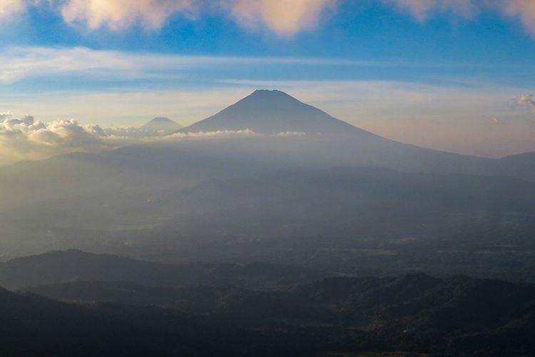 Gunung Sumbing dilihat dari Puncak Suroloyo.