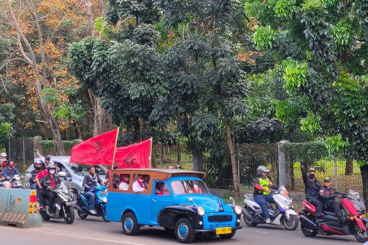 Muhamad - Sara sambangi kantor Komisi Pemilihan Umum (KPU) Tangerang Selatan menggunakan mobil oplet untuk daftar Pilkada Tangsel 2020, Jumat (4/9/2020).