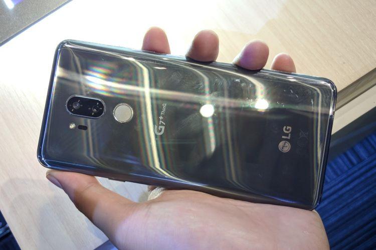 Bagian belakang LG G7 Plus ThinQ dengan kamera ganda dan pemindai sidik jari.