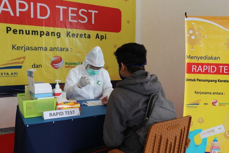 Salah satu calon penumpang kereta api jarak jauh menjalani rapid test virus corona. Stasiun Kereta Api Jombang, di wilayah kerja PT KAI Daop 7 Madiun, mulai membuka layanan rapid test bagi calon penumpang, Senin (21/9/2020).