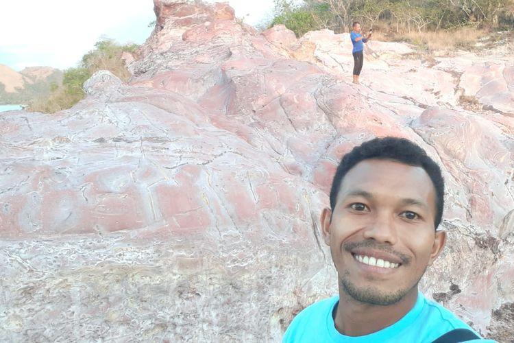 Seorang pengunjung sedang swafoto di atas Strawberry Rock.