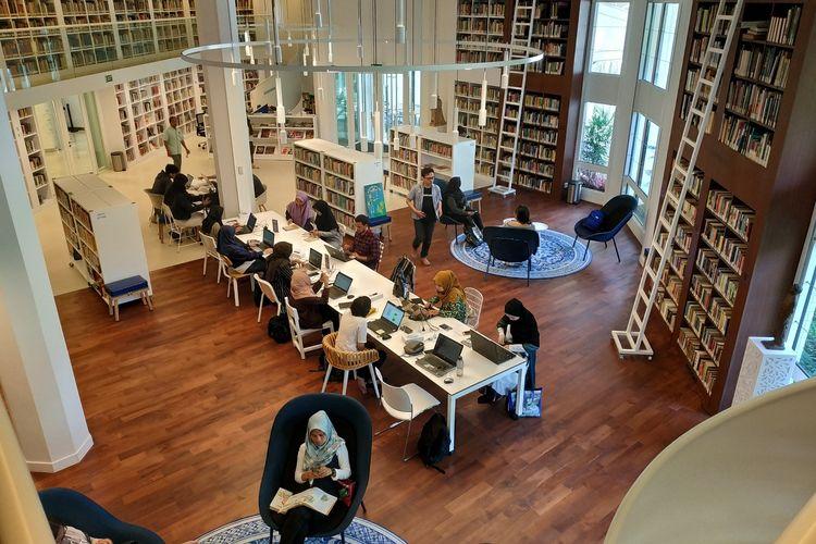 Perpustakaan Erasmus Huis, Jakarta. Sejumlah pengunjung mendatangi perpustakaan itu Kamis (18/7/2019).