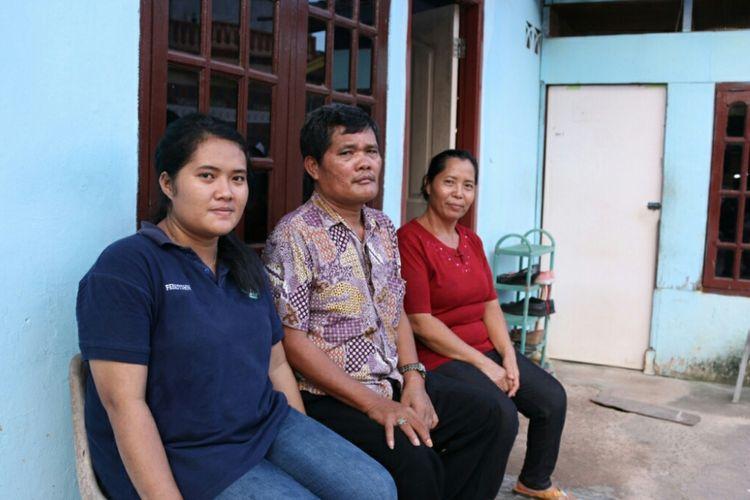 Febriyanti Siahaan bersama kedua orang tuanya (Foto dokumentasi Humas UGM)