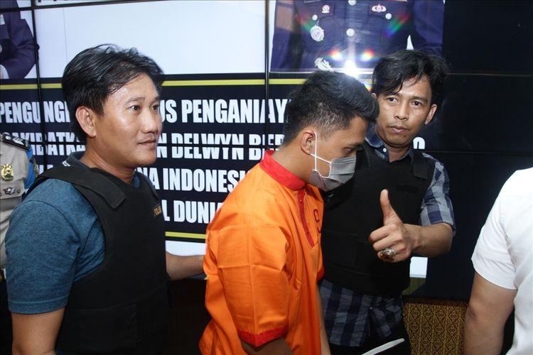 Obbi (24) pembina Sekolah SMA semi militer plus Taruna Indonesia ketika digiring petugas saat berada di Polresta Palembang, Senin (15/7/2019).