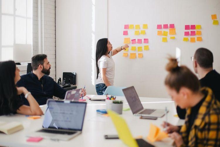 Ilustrasi ruang rapat di perusahaan startup.