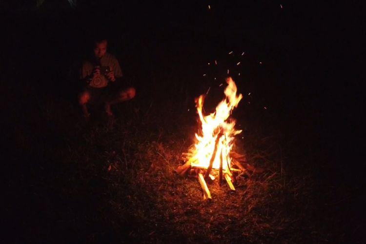 Suasana api unggun di area camping Bukit Golf, Cibodas, Jawa Barat.