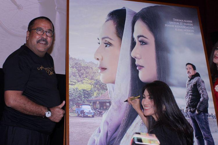 Para bintang film Akhir Kisah Cinta Si Doel menghadiri peluncuran poster dan trailer film tersebut di Kemang Village XXI, Jakarta Selatan, Senin (16/12/2019). Film Akhir Kisah Cinta Si Doel akan tayang di bioskop pada bulan Januari.
