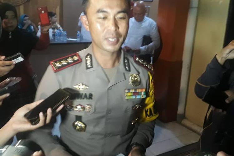 Kapolresta Pontianak Kombes Pol Anwar Nasir menjawab pertanyaan sejumlah wartawan terkait penetapan tersangka pelaku pengeroyokan siswi SMP, Rabu (10/4/2019).