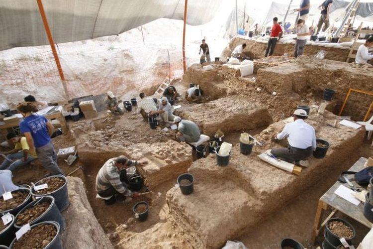 Sisa-sisa manusia ditemukan selama penggalian lubang pembuangan. Ribuan peralatan batu dan sisa-sisa hewan juga ditemukan. [YOSSI ZAIDNER VIA BBC INDONESIA]