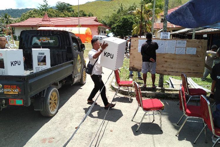 Logistik Pemilu 2019 baru tiba pada pukul 11.17 WIT di TPS 043 Kelurahan Hinekombe, Distrik Sentani, Kabupaten Jayapura, Papua (17/04/2019)