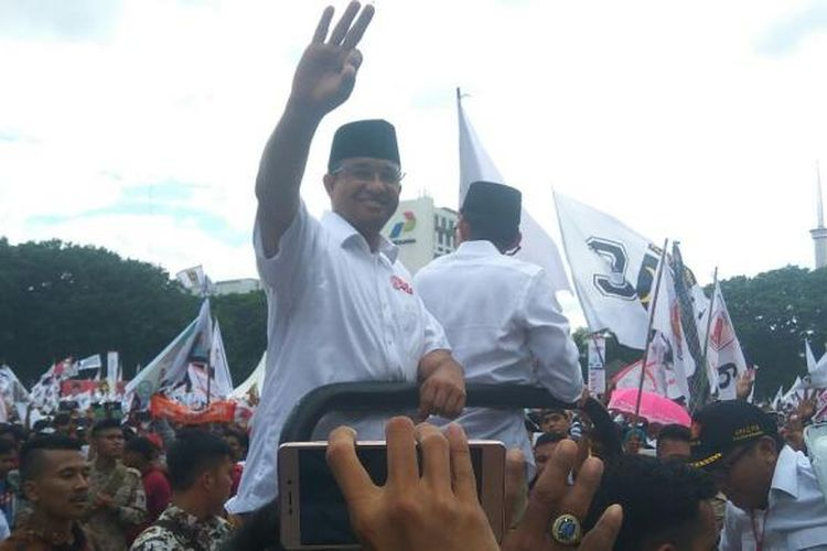 Ketua Umum Partai Gerindra Prabowo Subianto, Presiden PKS Sohibul Iman, dan pasangan calon gubenur-wakil gubernur DKI Jakarta Anies Baswedan-Sandiaga Uno, diarak mobil dalam kampanye akbar di Lapangan Banteng, Jakarta Pusat, Minggu (5/2/2017).
