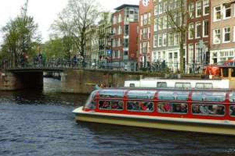 Wisata air di kanal Amsterdam. Kanal-kanal ini begitu terawat dan menjadi obyek wisata.