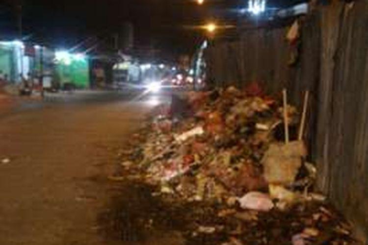 Tumpukan sampah di alan Kamal Raya, dekat Masjid Jami Al-Istiqamah, RT 02/08, Kelurahan Cengkareng Barat, yang dikeluhkan warga,