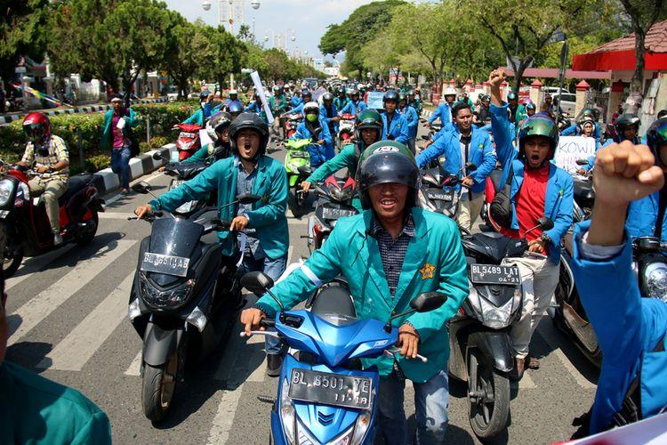 Ratusan mahasiswa yang tergabung dalam Aliansi Mahasiswa Pembela Rakyat (Amper) di Kota Banda Aceh melakukan aksi dorong sepeda motor mulai dari bundaran simpang lima pusat kota menuju kantor Pertamina. Aksi ini dilakukan sebagai bentuk protes terhadap pemerintahan Jokowi yang kembali menaikkan harga BBM, Rabu (28/3/2018).