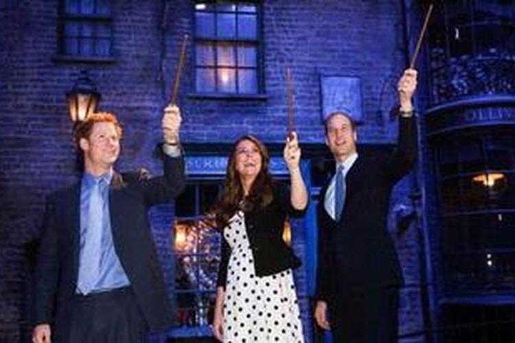 Pangeran William dan istrinya, Kate Middleton, serta Pangeran Harry dari Kerajaan Inggris telah meresmikan kompleks studio film tempat pembuatan film-film Harry Potter di Leavesden, Hertfordshire, Inggris, Jumat (26/42013) waktu setempat.