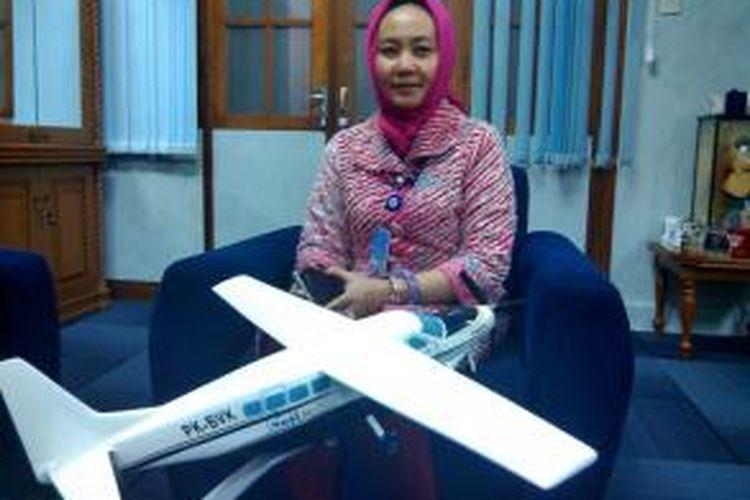 Dwikorita Karnawati bersama replika pesawat pemberian sahbatnya Susi Pudjiastuti
