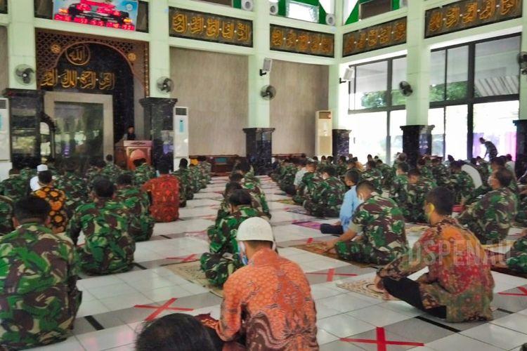 Markas Besar (Mabes) TNI Angkatan Udara (AU) membuka rumah ibadah untuk melaksanakan salat Jumat di Masjid Masjid As Samawi Mabes TNI AU Cilangkap, Jakarta Timur, Jumat (5/6/2020).