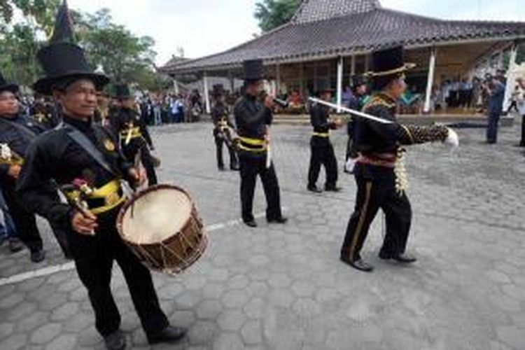 Prajurit Bugisan mengawal Gunungan Kakung yang dibawa dari Keraton Yogyakarta menuju ke Kompleks Kepatihan, Yogyakarta, pada acara tradisi Grebeg Maulud, Rabu (16/2/2011).