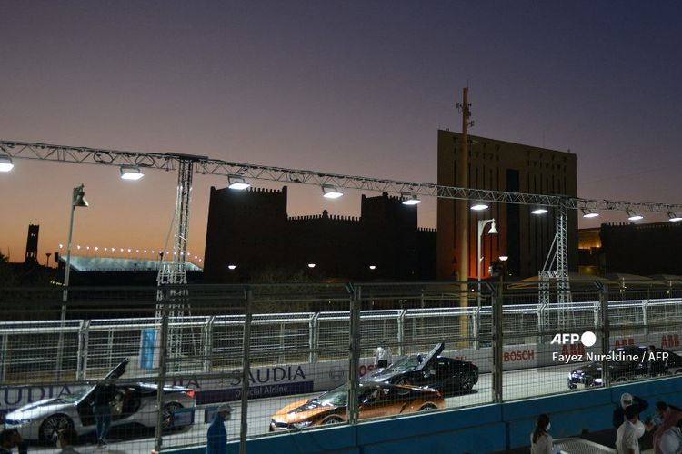 Mobil diparkir di lintasan pada hari kedua Diriyah E-Prix, di ibu kota Saudi Riyadh pada Jumar (26/2/2021).