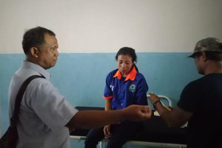 Ike Siringge (baju biru) istri Irwan Bandar narkoba satu kilogram yang ditembak mati petugas Badan Narkotika Nasional (BNN) Kalimantan Timur ketika di ruang jenazah RSUD Abdul Wahab Syahranie, Sabtu (21/9/2019).