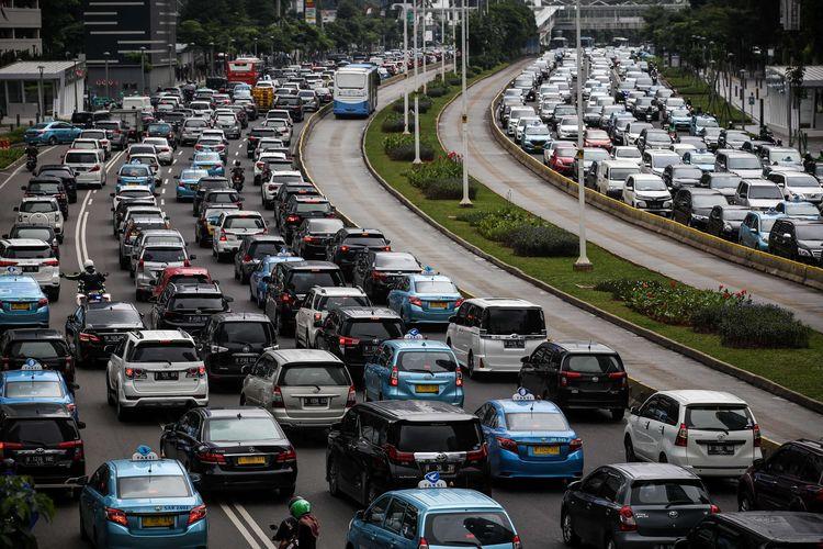 Bus transjakarta melenggang di antara kemacetan di Jalan M.H Thamrin, Jakarta Pusat, Kamis (6/2/2020). Lembaga Pemantau Kemacetan Lalu Lintas TomTom memastikan Jakarta ada di posisi ke-10 kota termacet di dunia pada 2019 dengan indeks kemacetan 10 persen.