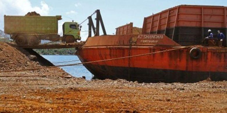 Kendaraan truk melakukan aktivitas pengangkutan ore nikel ke kapal tongkang di salah satu perusahaan pertambangan di Kabupaten Konawe Utara, Sulawesi Tenggara, Rabu (6/11/2019).