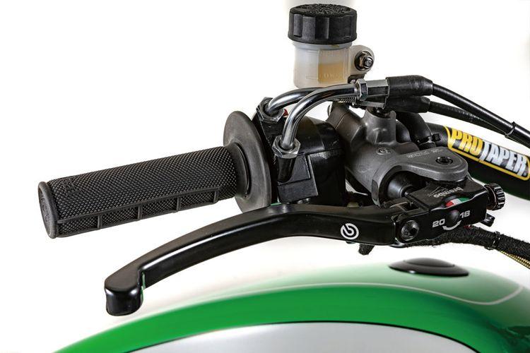 Kawasaki W800 bergaya flat tracker garapan Crazy Garage Custom Bikes