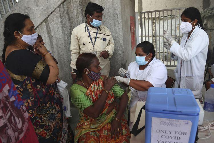 Seorang pekerja kesehatan menyuntikkan vaksin Covid-19 Covishield di Hyderabad, India, pada 17 September 2021.