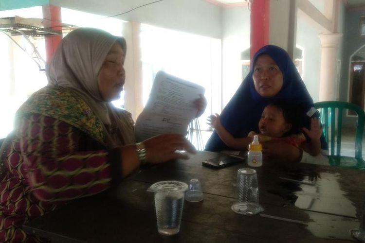 Balita N (14 bulan) yang Ditemukan Di samping Jenazah Ayahnya, Aan Junaidi alias Fauzi, Warga Desa Kaliwining, Kecamatan Rambipuji, Kabupaten Jember, Jawa Timur, Saat Akan Dijemput Keluarga Ibunya di Kantor Desa Kaliwining, Kamis (15/8/2019)