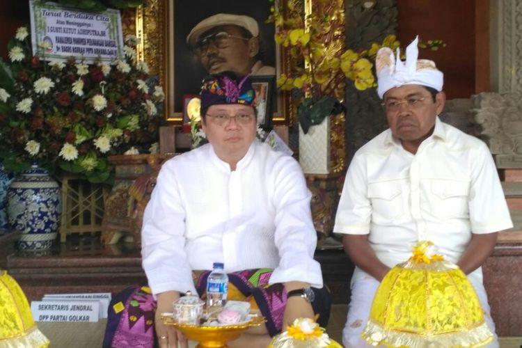 Ketua Umum Partai Golkar Airlangga Hartarto (kiri) dan Sekjen Golkar Idrus Marham (kanan) saat mengikuti rangkaian upacara Ngaben tokoh Golkar Bali, Sabtu (13/1/2018).