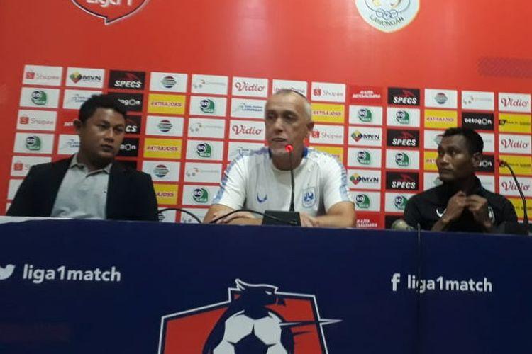 Pelatih PSIS Semarang, Dragan Djukanovic (tengah) saat memberikan keterangan kepada awak media.