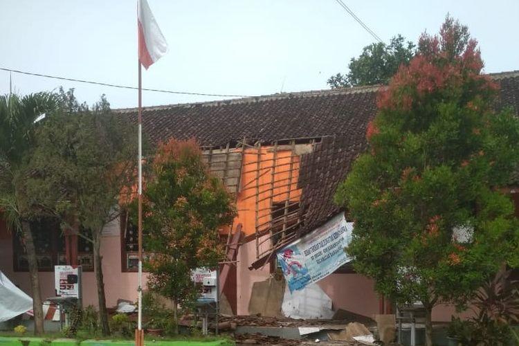 SDN Karangsono 04 Ambruk pada Selasa (01/12/2020) karena atap yang sudah rapuh dan tak kunjung diperbaiki