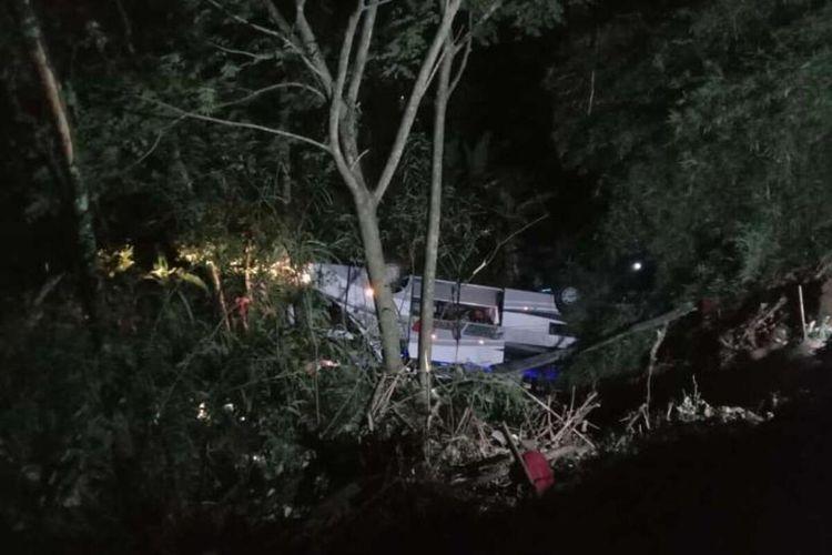 Bus peziarah asal Subang terjun ke jurang Tanjakan Cae, Wado, Sumedang, Jawa Barat, Rabu malam.