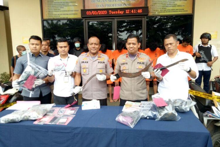 Kepolisian Serpong mengankap tujuh dari 10 remaja yang melakukan pencurian sepeda motor hingga menyebabkan Fauzi, meninggal dunia di Jalan Kayu Gede, Pakujaya, Serpong Utara, Tangerang Selatan, Minggu (1/3/2020) dini hari. Para pelaku berinisial AR, AB, NRS, DM, RH, AKB, dan IKS ditangkap di lokasi berbeda kawasan Tangerang dan Jakarta Barat.