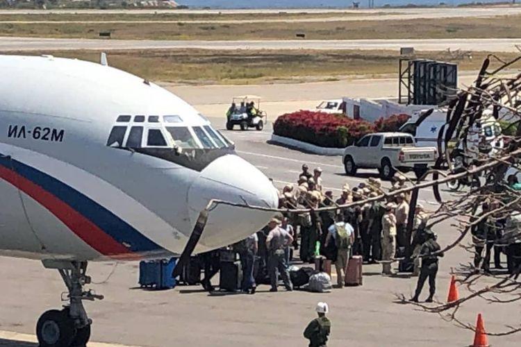 Gambar dari media sosial menunjukkan pesawat Rusia Ilyushin Il-62 yang dilaporkan mengangkut pasukan Rusia mendarat di Caracas, Venezuela, pada Sabtu (23/3/2019).