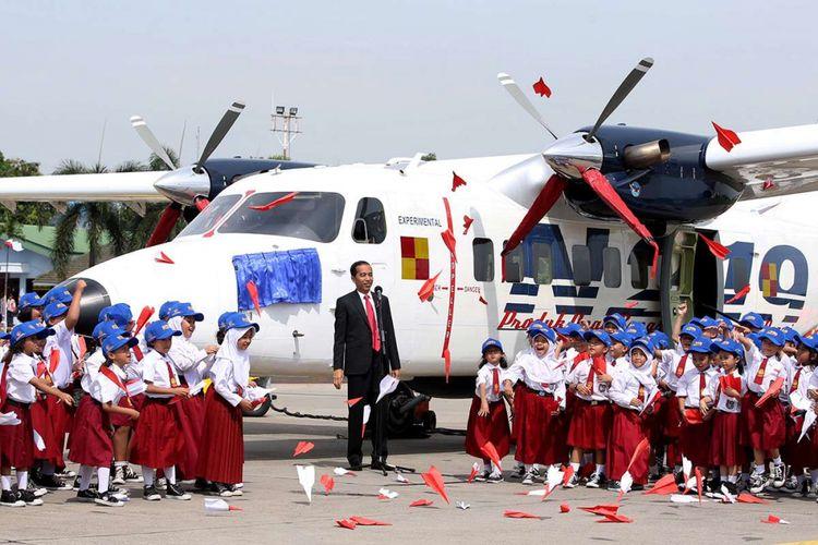 Presiden Joko Widodo saat pemberian nama dan uji terbang pesawat N219 di Lanud Halim Perdanakusuma, Jakarta, Jumat (10/11/2017). Pesawat N219 yang diberi nama Nurtanio oleh Jokowi, adalah pesawat buatan lokal, kolaborasi antara PT Dirgantara Indonesia (DI) bekerja sama dengan Lembaga Antariksa dan Penerbangan Nasional (Lapan).