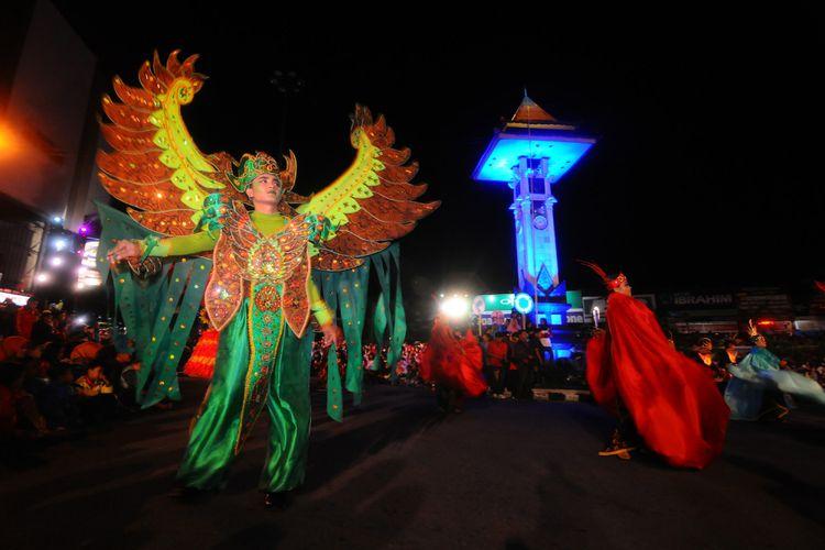 Sejumlah peserta mengenakan kostum karnaval saat mengikuti Boyolali Night Carnival di Boyolali, Jawa Tengah, Sabtu (22/7/2017). Boyolali Night Carnival yang diikuti kelompok kesenian tari tradisional dan kelompok seni kostum hias tesebut bertujuan untuk mengangkat potensi Boyolali kepada masyarakat luas agar dapat meningkatkan wisata di Boyolali.