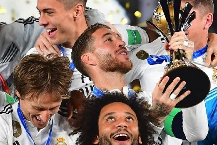 Sejumlah pemain Real Madrid, di antaranya Sergio Ramos, Marcelo, dan Luka Modric merayakan gelar juara Piala Dunia Antarklub 2018 seusai mengalahkan Al Ain pada laga di Stadion Zayed Sports City, Abu Dhabi, 22 Desember 2018.