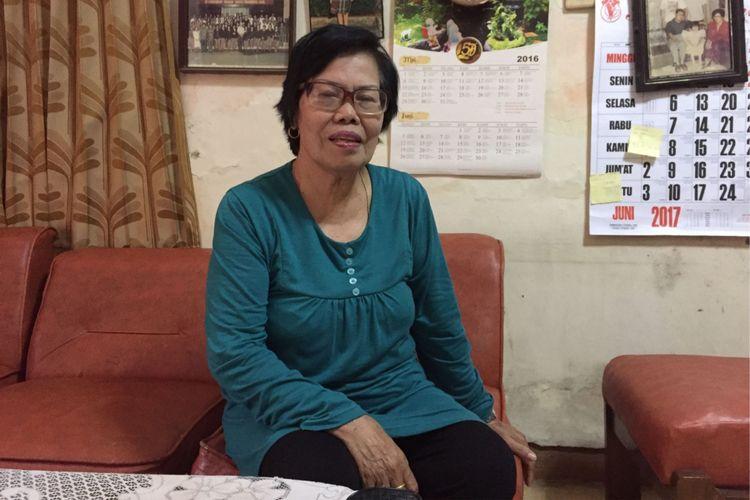 Katarina Fermina Sinaga (68), guru mantan Presiden AS Barack Obama semasa bersekolah di SD Santo Fransiskus Asisi, Tebet, puluhan tahun silam. Foto diambil pada hari Jumat (30/6/2017) di kediaman Fermina.