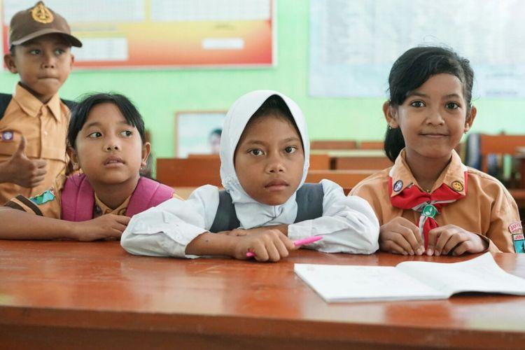 Alifia Kamelia (berdasi merah putih) bersama rekan rekannya yang berkebutuhan khusus di SDN Karangrejo 3 Banyuwangi