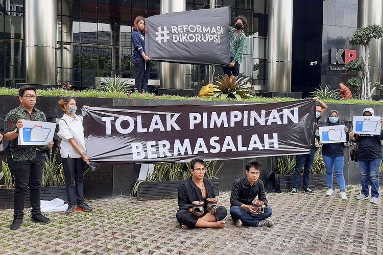 Suasana aksi teatrikal Indonesia Corruption Watch di Gedung Merah Putih KPK, Jumat (20/12/2019).