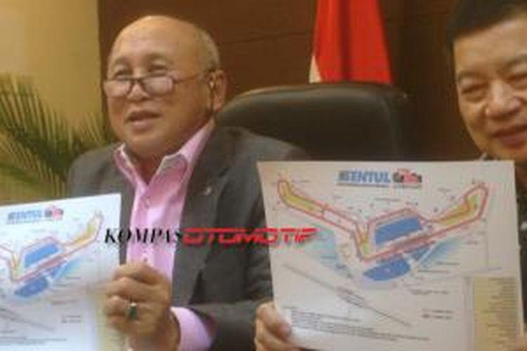 Direktur Sirkuit Sentul, Tinton Soeprapto dan Anggota Dewan Pertimbangan (Wantimpres) Presiden Suharso Monoarfa, menunjukan desain sirkuit Sentul yang baru.